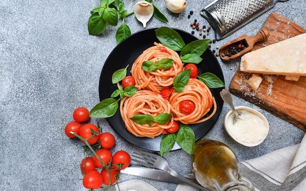 トマト、パルメザンチーズ、バジルのスパゲッティパスタ。食品平干し