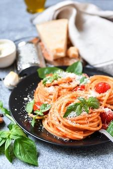 トマト、パルメザンチーズ、バジルのスパゲッティパスタ