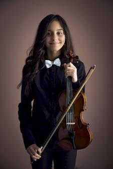 バイオリンを持つ少女