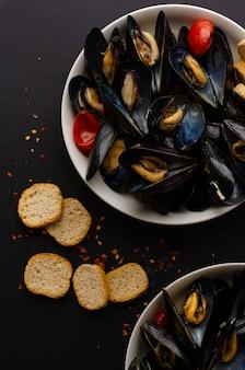 ムール貝のスープとトマトのワイン蒸し