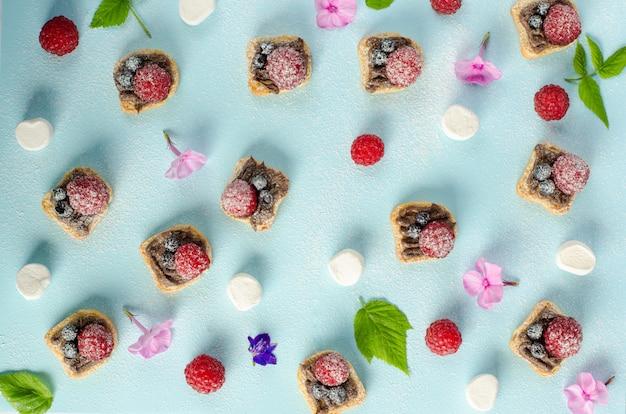 Десерты с орехово-шоколадным кремом и ягодами
