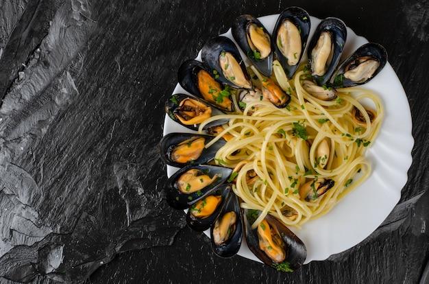 ムール貝とパセリの暗いパスタのイタリアンパスタスパゲッティ