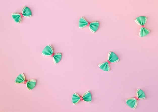緑とピンクのボウタイ