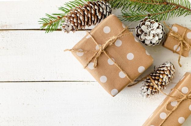 クリスマスフラットは、白い木製の背景に堆肥を置きます。