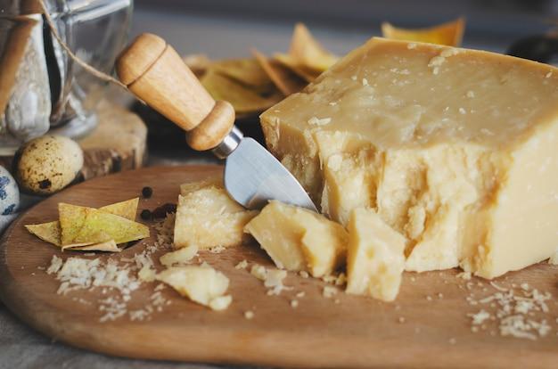 伝統的なイタリア料理 - 熟成イタリアのパルメザンチーズ。