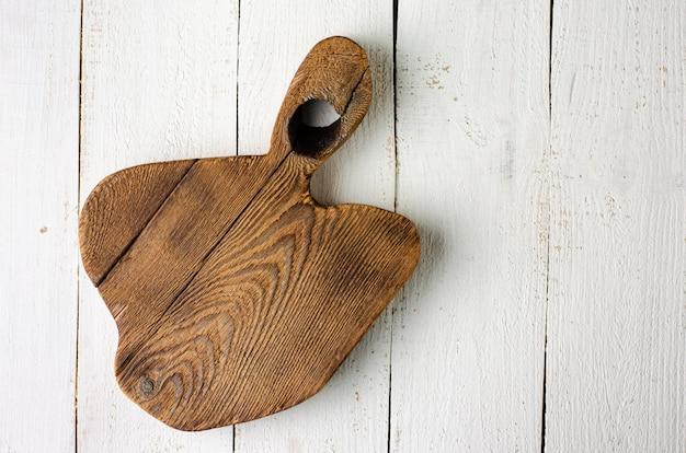 白の空の木製の素朴なまな板