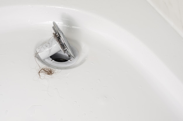 脱毛または脱毛症のコンセプト。洗濯後のシャワーの目詰まり。クローズアップ、スペースをコピーします。