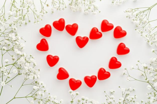 Красное сердце из желе на белом фоне