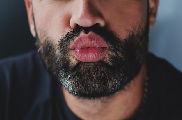 キスを送信するひげを生やした男の肖像