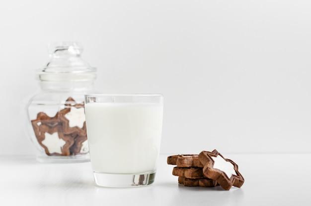 星形のビスケットと新鮮な有機牛乳のガラス