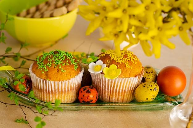Пасхальные маффины, украшенные посыпкой, пасхальные перепелиные яйца