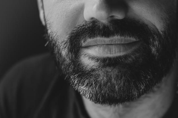 笑みを浮かべてひげを生やした男の肖像