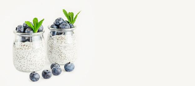 ブルーベリー入りチアシードヨーグルトプリン。きれいな食事とスーパーフードのコンセプト。ベニア、コピースペース