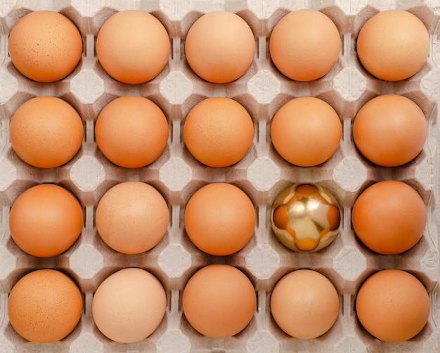 Золотое яйцо выделяясь из толпы концепции. накладные расходы