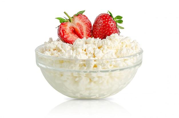 Творог или творог с клубникой, ограным домашним молочным продуктом. изолированные на белом.