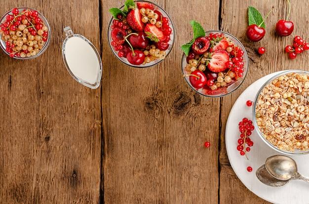 木製の新鮮な果実とグラノーラ