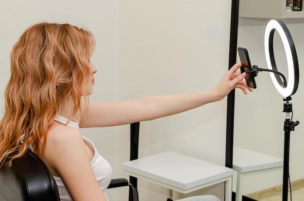 ビデオコンテンツを記録する若い美容ブロガー。