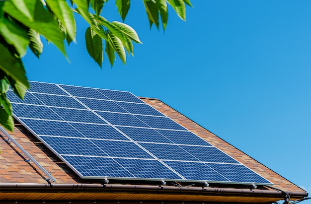屋根の上のソーラーパネル。グリーンエネルギーとお金の節約の概念。