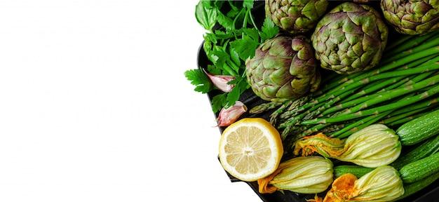 アーティチョーク、アスパラガス、ズッキーニ、パースリーを白で隔離の緑の野菜セット。健康的な食事のコンセプト