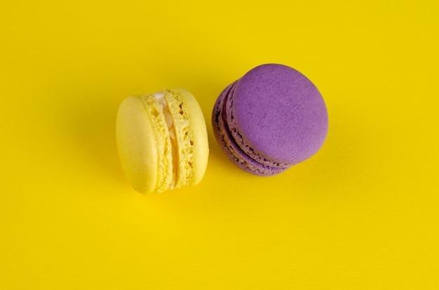 黄色の黄色と紫のマカロン。