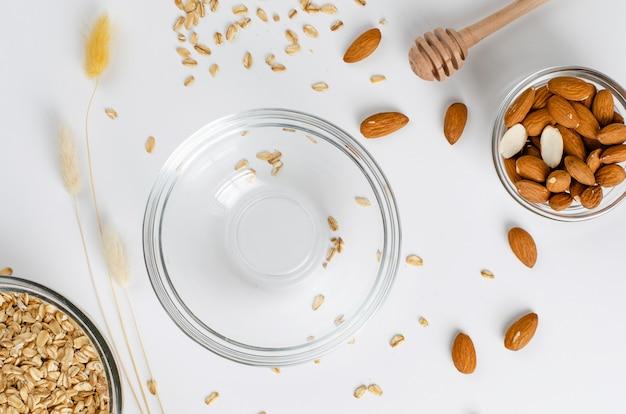 ロールオート麦と空のボウルとアーモンドの朝食のためのバランスの取れたダイエットフードメニュー