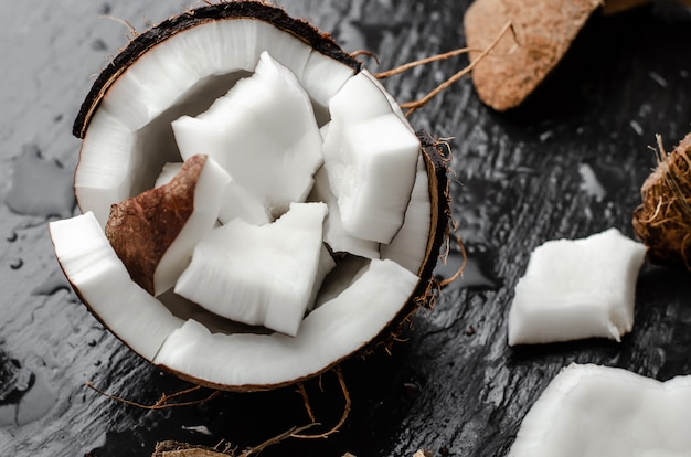半分が入った新鮮な生ココナッツ