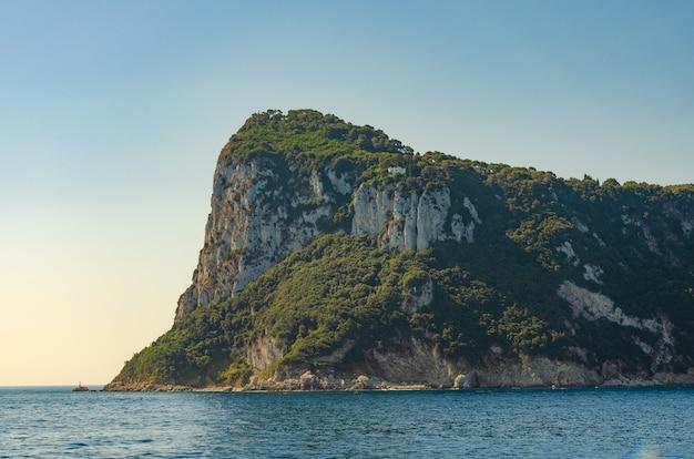 イタリアのカプリ島の崖。旅行のコンセプト