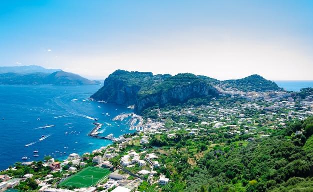 建物とイタリアのカプリ島の海の空撮。