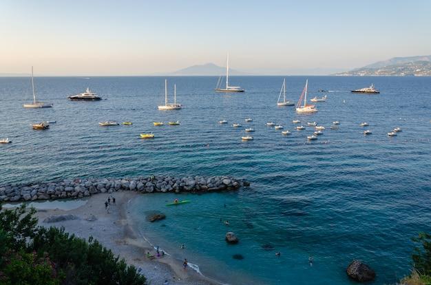 Взгляд захода солнца марины большой на острове капри, италии.