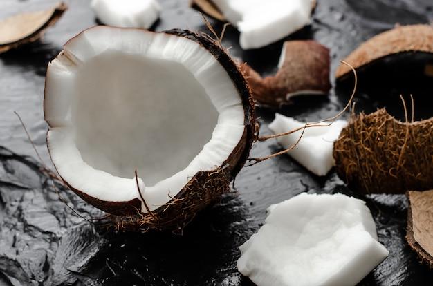 新鮮な壊れたココナッツ半分
