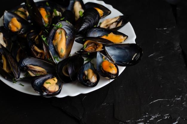 ムール貝の調理したてのパセリ。健康食品のコンセプト。