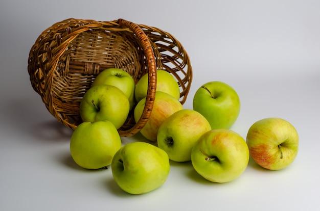 かごの中の青リンゴ。