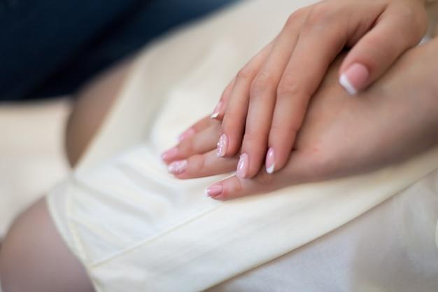 結婚式のマニキュアで女の子の手