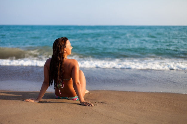 Силуэт молодой женщины на пляже.
