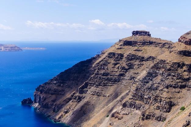 日当たりの良い夏の暑い日にギリシャ、サントリーニ島、エーゲ海のカルデラ