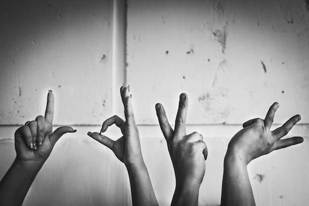 愛という言葉を示す手、黒と白の写真