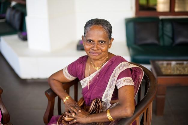 Портрет пожилой индийской счастливой женщины в праздничном национальном сари