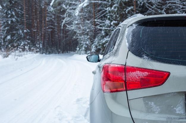冬の道に灰色の車