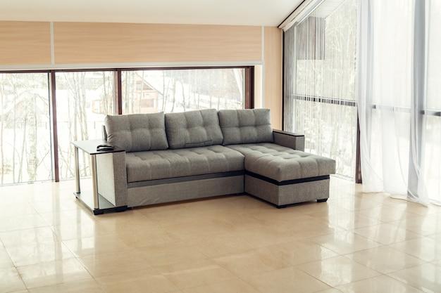 大きなソファのあるモダンな照明付きアパートメント。