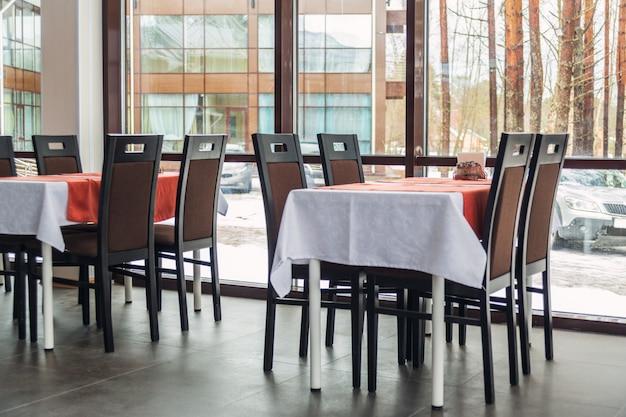 レストランのダイニングテーブルと椅子。明るいインテリア