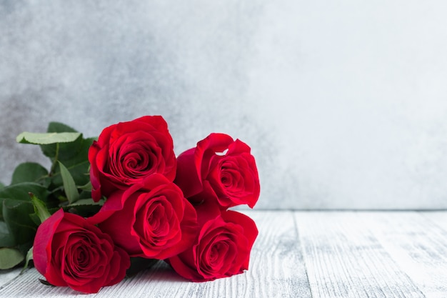 石の上の赤いバラの花ブーケ。バレンタインのグリーティングカード