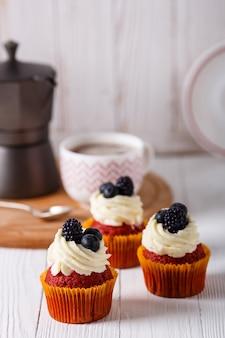 おいしい赤いベルベットのカップケーキ。