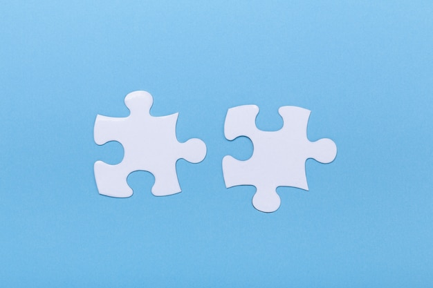 青のジグソーパズルのクローズアップ行方不明のジグソーパズルのピース