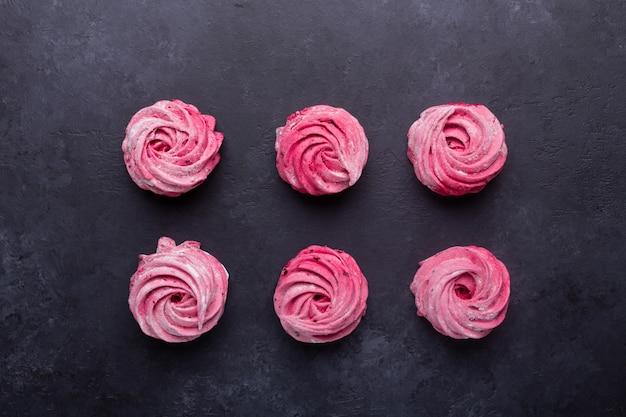 Самодельный розовый зефир на черном камне