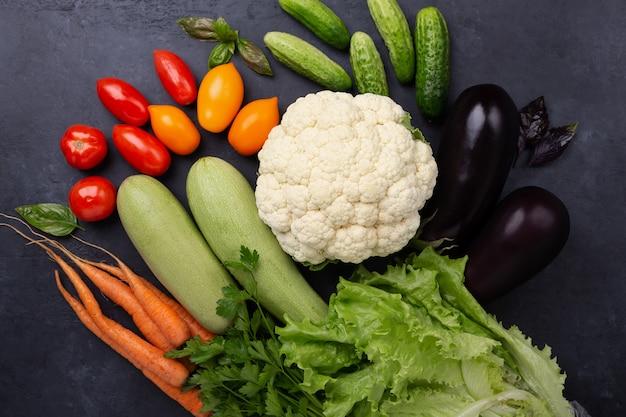 暗い石の盛り合わせ生有機野菜