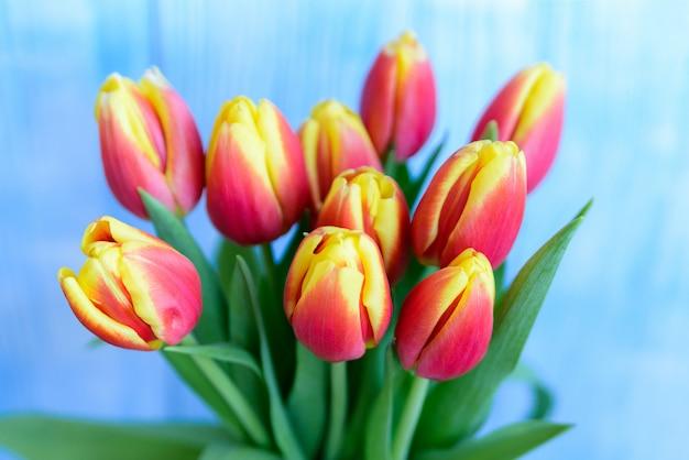 花束の赤と黄色のチューリップ