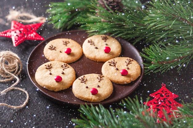 自家製鹿のクッキー装飾チョコレートと赤いキャンディー