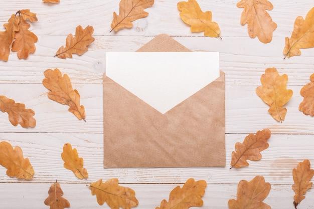 秋の紅葉、ノートブック、鉛筆白い木製のテーブルの上