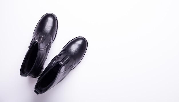 女性のアクセサリー。黒のスタイリッシュなブーツ。上面図。フラット横たわっていた。