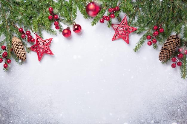 モミの木と赤いギフトコピースペースクリスマスの背景